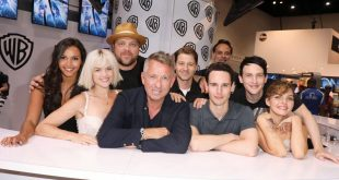 The GOTHAM cast get together for a group photo at the Warner Bros. booth at Comic-Con 2017 on Saturday, July 22. #WBSDCC (© 2017 WBEI. All Rights Reserved)
