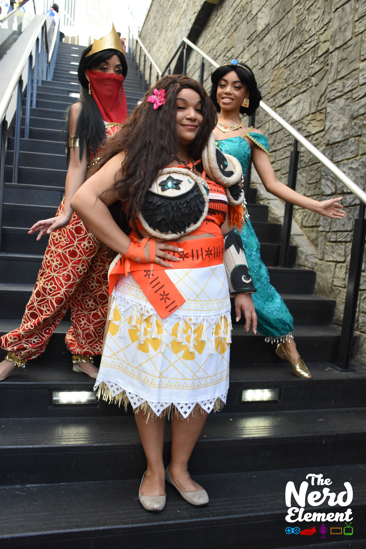 Slave Jasmine, Princess Jasmine and Armored!Moana Cosplayers: @Fricklefracklemarco (ig), @jenevievedevereauxcosplay, and @spacekittencosplay